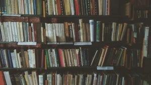 Ein Bücherregal gefüllt mit Büchern.