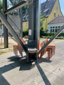 Die Stühle auf dem Cäcililie-Breckheimer-Platz